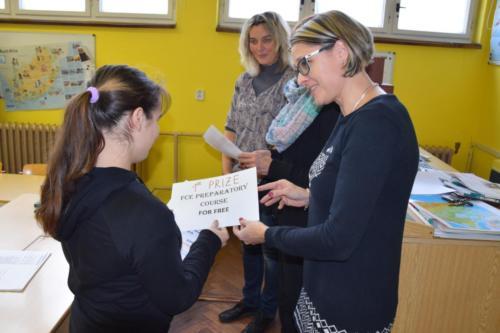 Hlavní cenou byl příspěvek na mezinárodně uznávanou zkoušku FCE, která byla věnována vítězi této soutěže Spolkem přátel Gymnázia Dvůr Králové nad Labem.